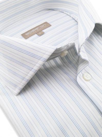 Wendy - Chemise urban chic 100% coton Égyptien, rayures blanches bordées de bleu sur fond blanc.