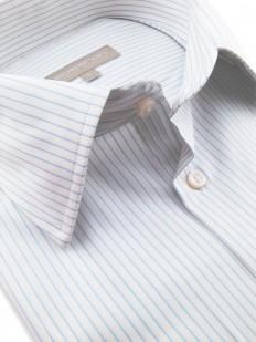Megan - Chemise blanche à fines rayures bleu clair en coton Oxford et poignets mousquetaire.