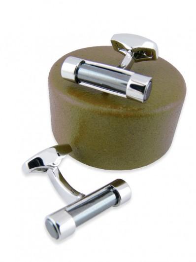 Bouton de manchette en cylindre de pierre hématite sur monture rhodium.